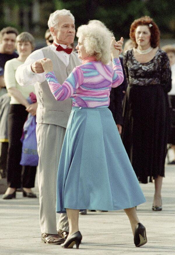 Пожилые танцуют. Архив