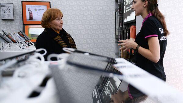 Сотрудница и посетительница салона связи Tele2 в Москве
