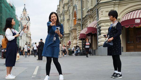 Туристы на Никольской улице в Москве. Архивное фото.