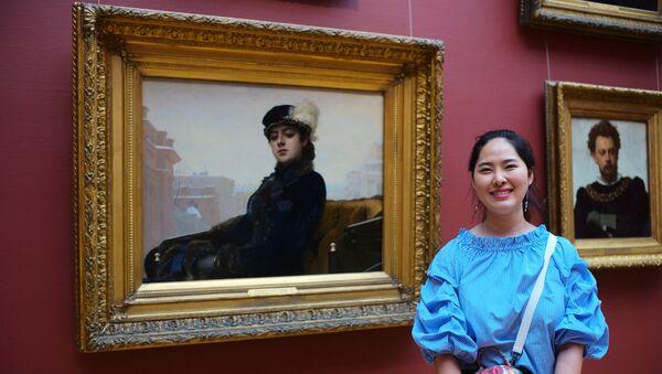 Девушка у картины Незнакомка русского художника Ивана Крамского в Третьяковской галерее в Москве. Архивное фото