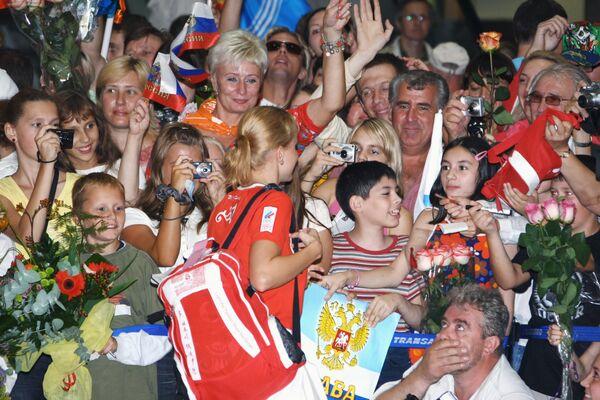 Встречающие российских спортсменов, вернувшихся из Пекина
