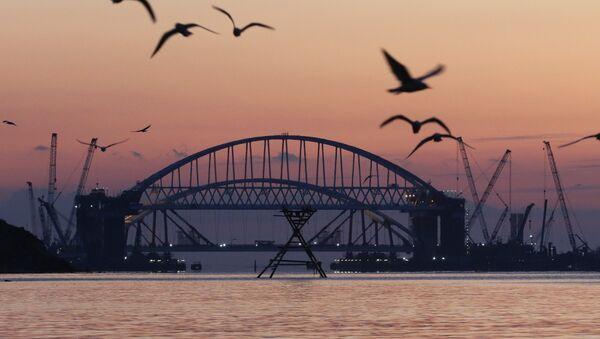 Установка автодорожной арки в процессе строительства Крымского моста в Керченском проливе. Архивное фото