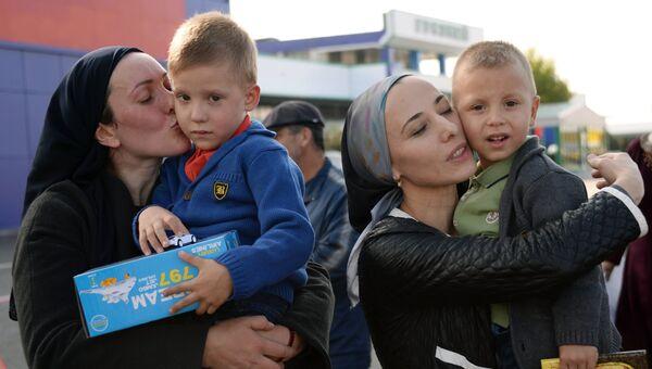 Женщины из России с детьми, возвращенными из Ирака. Архивное фото