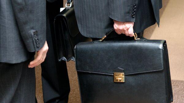 Портфели в руках депутатов. Архивное фото