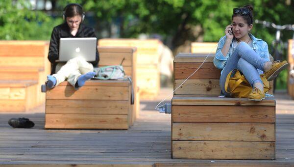 Горожане отдыхают в Центральном парке культуры и отдыха имени Горького