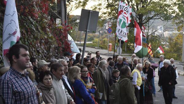 Люди протестуют против Украинской языковой реформы напротив посольства Украины в Будапеште, Венгрия. 13 октября 2017
