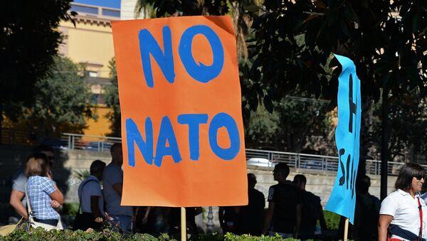 Плакаты на акции протеста против учений НАТО в итальянском городе Кальяри. 14 октября 2014
