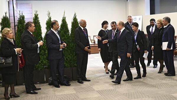 Президент РФ Владимир Путин во время встречи с членами исполнительного комитета Межпарламентского союза перед церемонией открытия 137-й Ассамблеи МПС в Санкт-Петербурге. 14 октября 2017