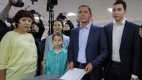 Кандидат в президенты Киргизии Омурбек Бабанов голосует на избирательном участке в Бишкеке. 15 октября 2017