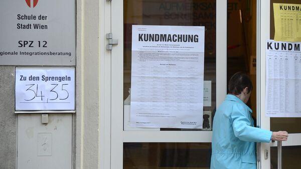 Жительница Вены у входа на избирательный участок