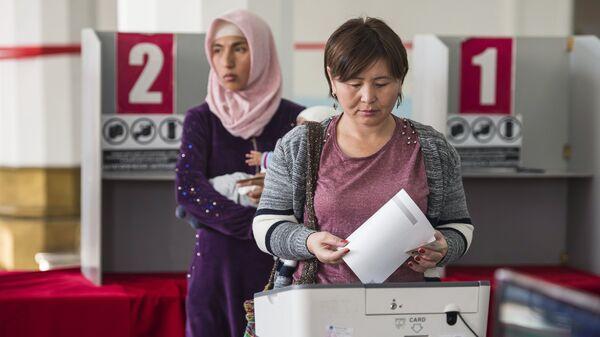 Голосование на избирательном участке в Бишкеке