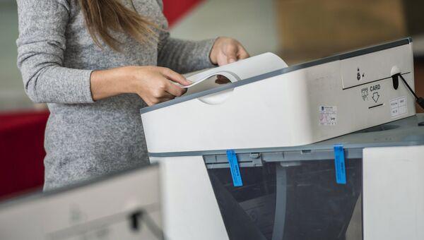 Голосование на избирательном участке в Бишкеке в ходе выборов президента Киргизии. 15 октября 2017