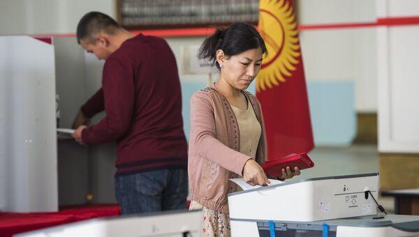 Голосование на избирательном участке в ходе выборов президента Киргизии. Архивное фото