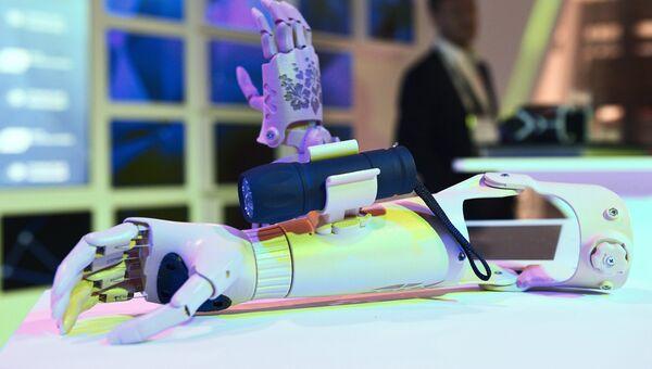 Бионический протез руки, демонстрируемый на выставке в рамках международного форума Открытые Инновации- 2017. 16 октября 2017