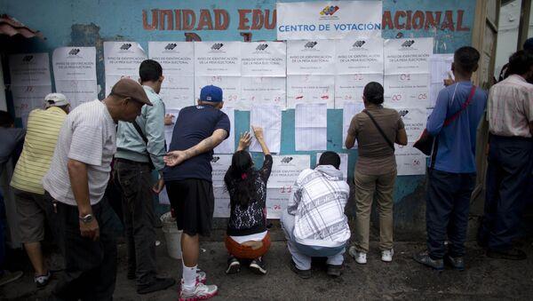 Жители Каракаса на одном из избирательных участков города во время губернаторских выборов