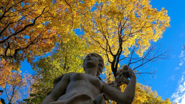 Статуя в Летнем саду в Санкт-Петербурге