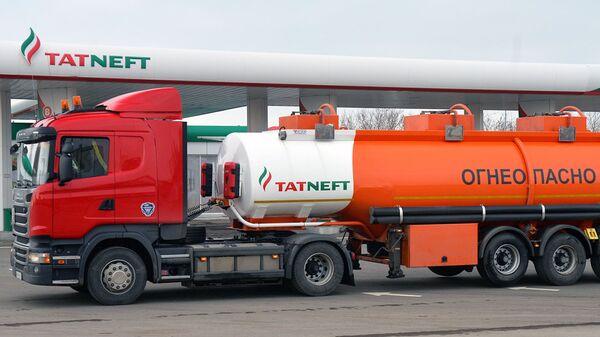 Бензовоз и АЗС компании Татнефть