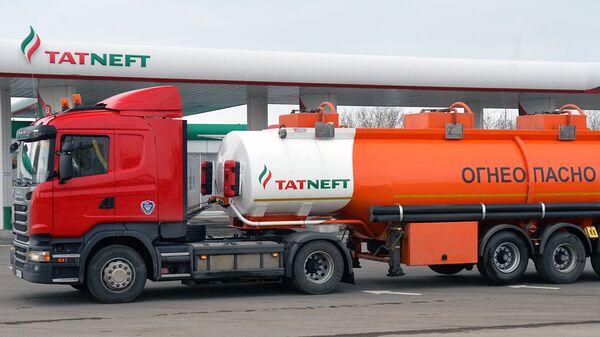 Бензовоз и АЗС компании Татнефть. Архивное фото