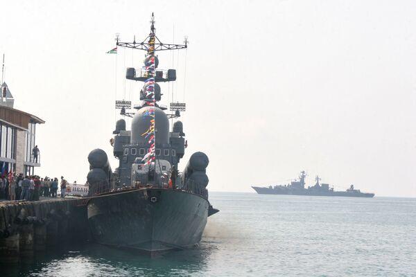 Ракетный крейсер Москва в порту Сухуми. Архив