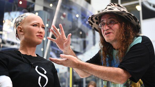 Робот София и главный научный сотрудник компании Aidyia Holdings Бен Герцель на международном форуме Открытые инновации - 2017  в Москве