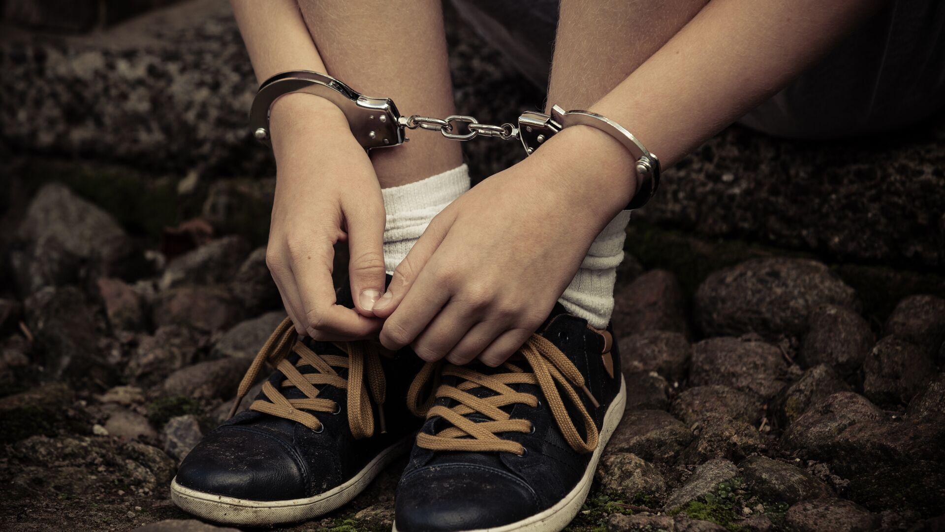 Подросток в наручниках - РИА Новости, 1920, 02.07.2021