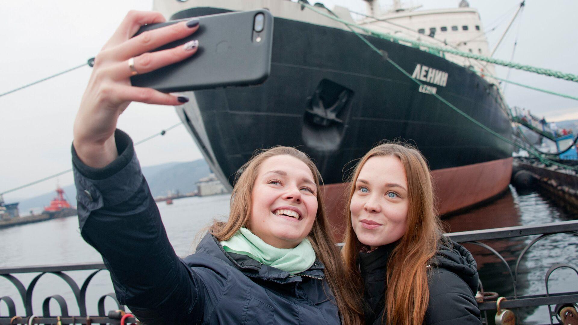 Девушки фотографируются перед музеем-ледоколом Ленин в Мурманске - РИА Новости, 1920, 22.03.2021