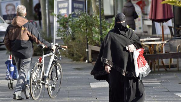 Женщина в хиджабе на одной из улиц Германии