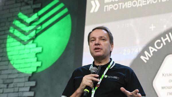 Заместитель председателя правления Сбербанка Станислав Кузнецов во время интерактивной лекции на фестивале молодежи и студентов в Сочи. 20 октября 2017