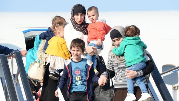 Дети и родители, возвращенные из Сирии, выходят из самолета в аэропорту Грозного. 21 октября 2017