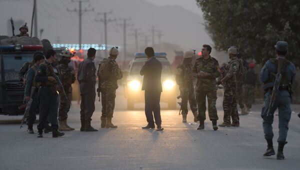 Афганские военнослужащие рядом с местом теракта возле военной академии маршала Фахима в Кабуле. 21 октября 2017