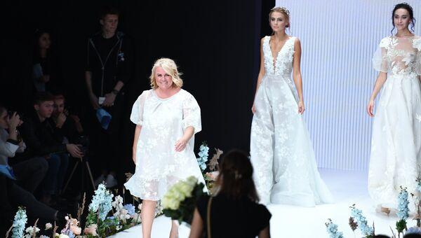 9abdd2d81 Модельер Надежда Юсупова во время показа одежды из своей новой коллекции в  рамках Mercedes-Benz