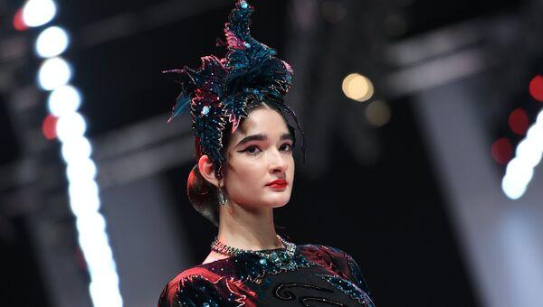 57373bbced7a Модель демонстрирует одежду из новой коллекции дизайнера Славы Зайцева в  рамках Mercedes-Benz Fashion Week