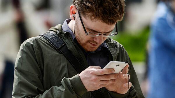 Мужчина пользуется интернетом на телефоне. Архивное фото