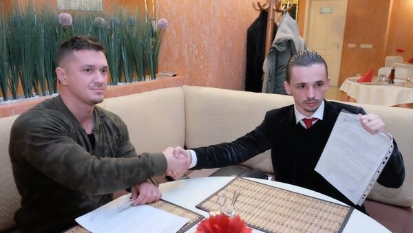 Пермский журналист Роман Четин и промоутер боя Артур Якобсон