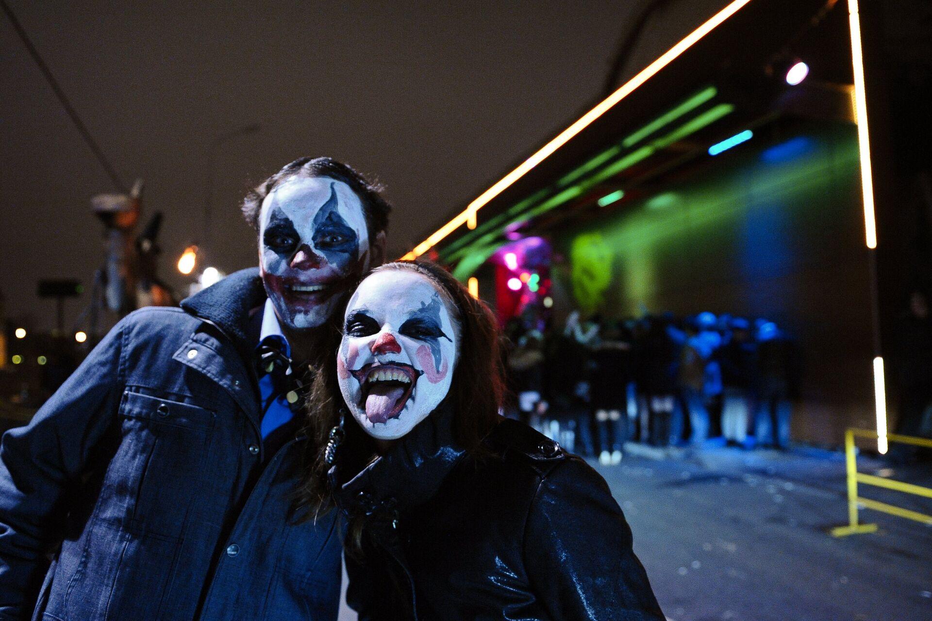 Молодые люди в гриме во время празднования Хэллоуина в Москве - ПРОФИ Новости, 1920, 29.10.2020