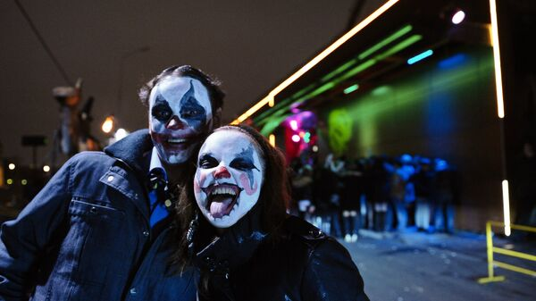 Молодые люди в гриме во время празднования Хэллоуина в Москве. Архивное фото