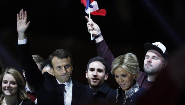 Активист движения «Вперед, Республика» Симон Морган, прославившийся после появления рядом с Макроном, празднующим победу на президентских выборах (справа)