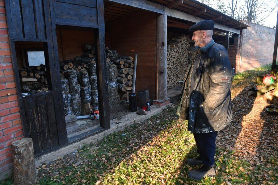 Поэт и музыкант Петр Мамонов в саду своего загородного дома