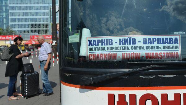 Автобус Харьков - Киев - Варшава на Западном автовокзале польской столицы. Архивное фото