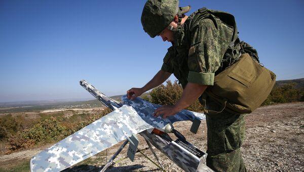 Военнослужащий готовит беспилотный летательный аппарат во время учений. Архивное фото