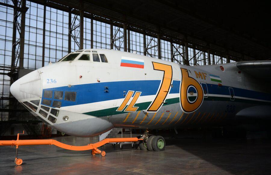Самолет Ил-76 на территории Ташкентского механического завода