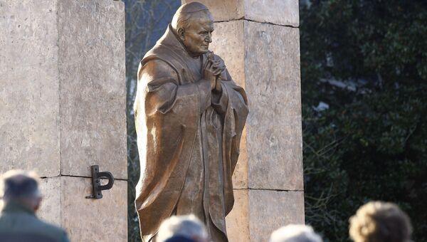 Памятник в честь Папы Римского Иоанна Павла II работы Зураба Церетели в Бретани, Франция. Архивное фото