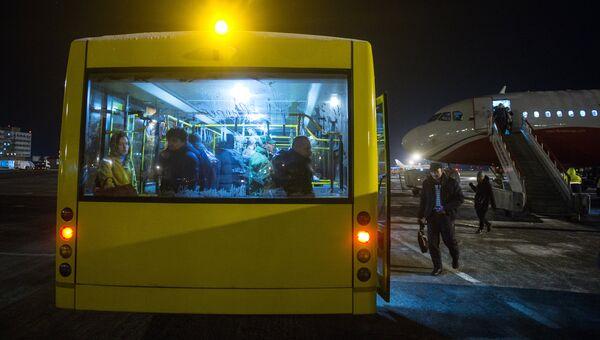 Пассажиры в автобусе. Архивное фото