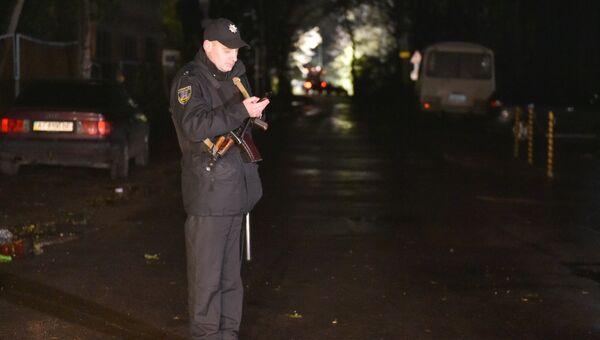 Полицейский на месте нападения на Адама Осмаева и Амину Окуеву в Киевской области