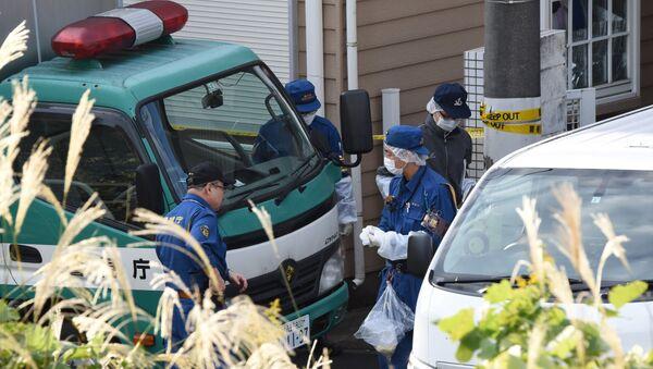 Полицейские перед домом, в котором были обнаружены девять трупов, в префектуре Канагава. 31 октября 2017