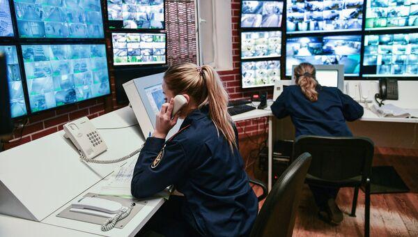 Сотрудницы ФСИН России на посту видеонаблюдения. Архивное фото