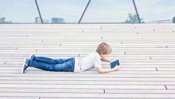Подросток с планшетом