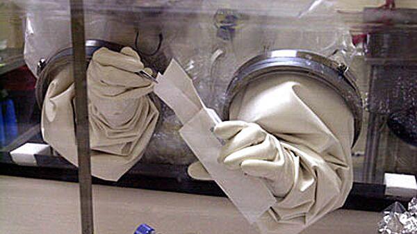 Сотрудник с конвертом в биологическом центре Армии США Форт-Детрик.  2001 год