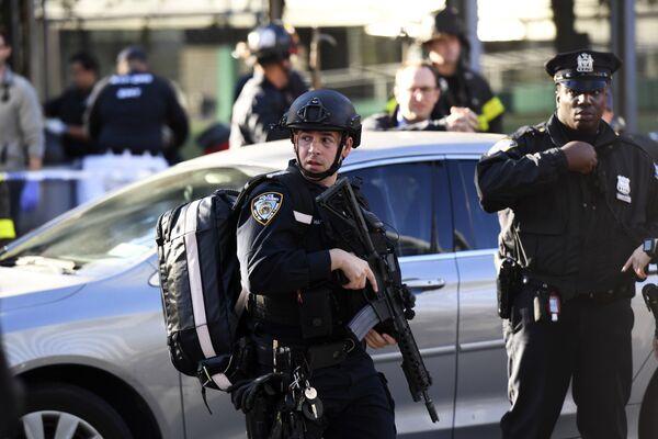 Полицейские на месте наезда грузовика на людей в Нью-Йорке. 31 октября 2017