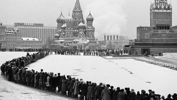 Очередь к Мавзолею на Красной площади. 60 лет со дня смерти В.И.Ленина